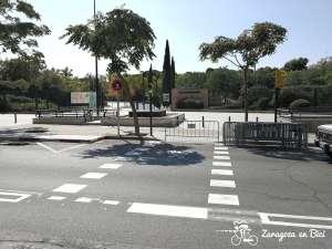 Paso ciclista con semáforo verde, hacia la acera
